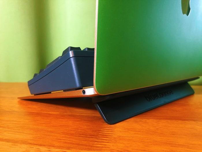 【レビュー】MacBookスタンド『Kickflip』で打ちやすさ&排熱性UP!!折り畳み式で持ち運びに困らないぞ!