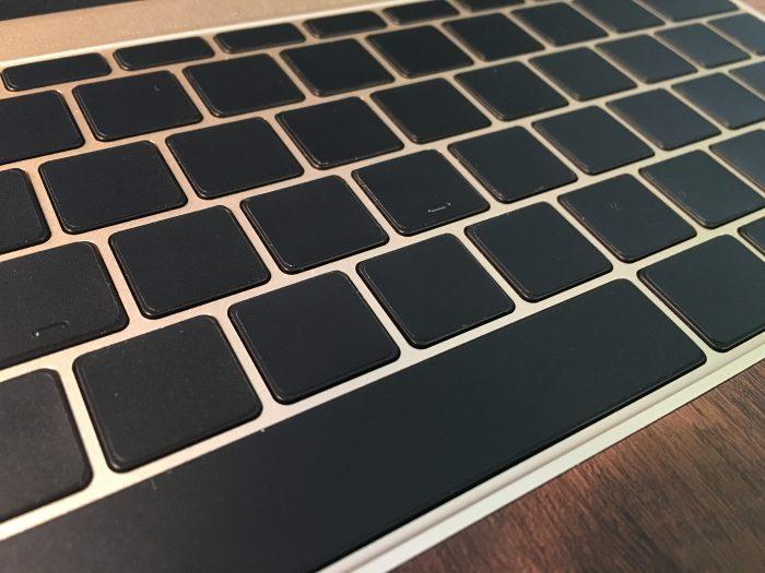 【レビュー】『ブラックアウトステッカー』でMacBookキーボードの文字を無印に。シンプルでかっこいいぞ!